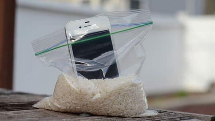 Телефон в пакете с рисом